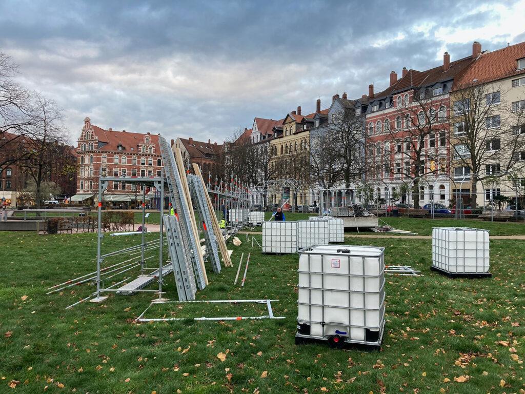 """Aufbau der Ausstellung """"40.555"""" auf dem Weißekreuzplatz, Wolf Böwig, Hannover"""